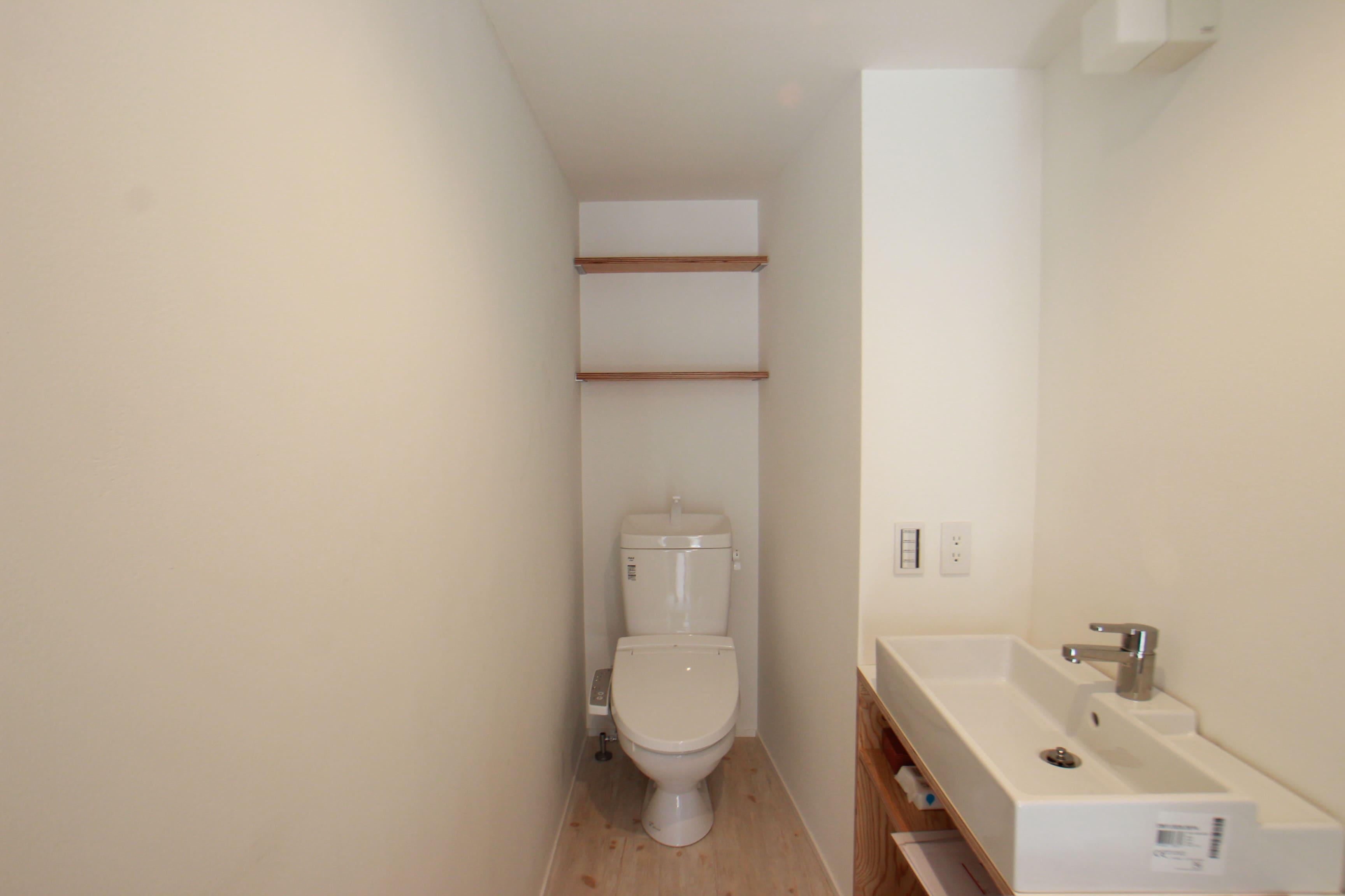 広めのおトイレ。洗面台の下には猫さん用のトイレが2個置ける空間があります。