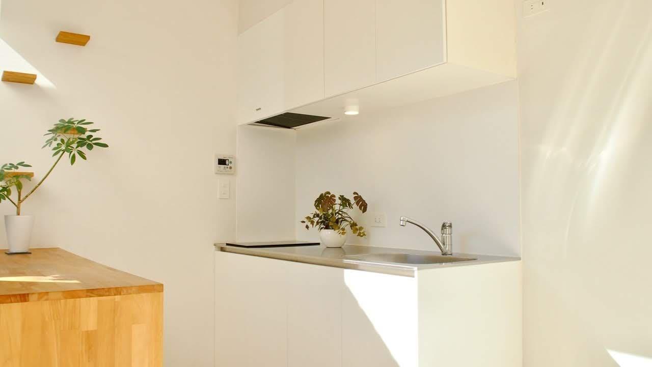 キッチンは2口IHコンロ、収納たっぷり