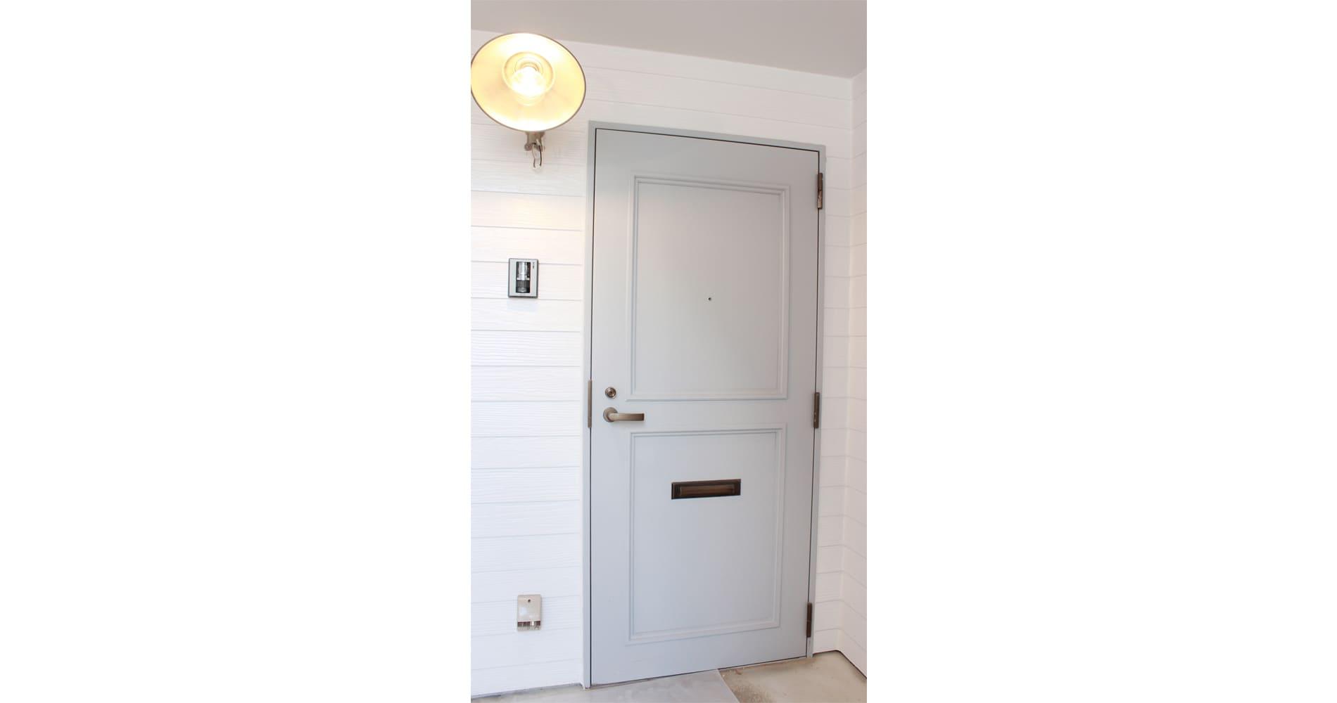 ライトグレーの扉
