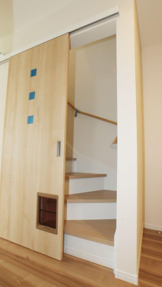 階段に扉&ペットドアで、冷暖房効率OK!