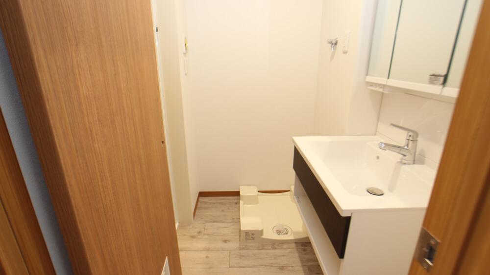 ゆったりとした水回り。1Fには床下収納があります。洗面所のミラーは三面鏡(画像は202号室)
