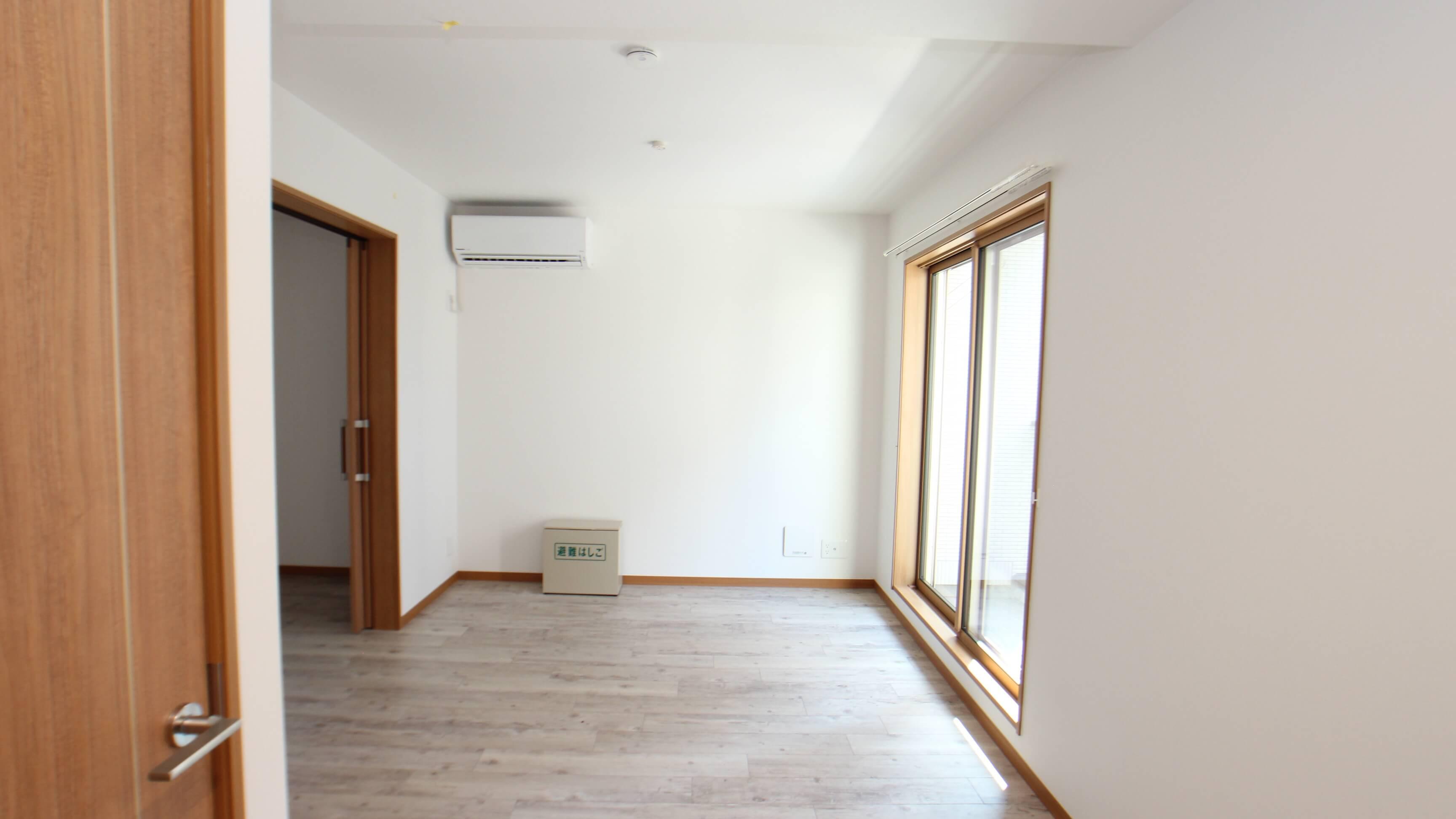 リビング・キッチンで9畳ほど。コンパクトな家具を入れての2人暮らし、全然アリです。(画像は204号室)