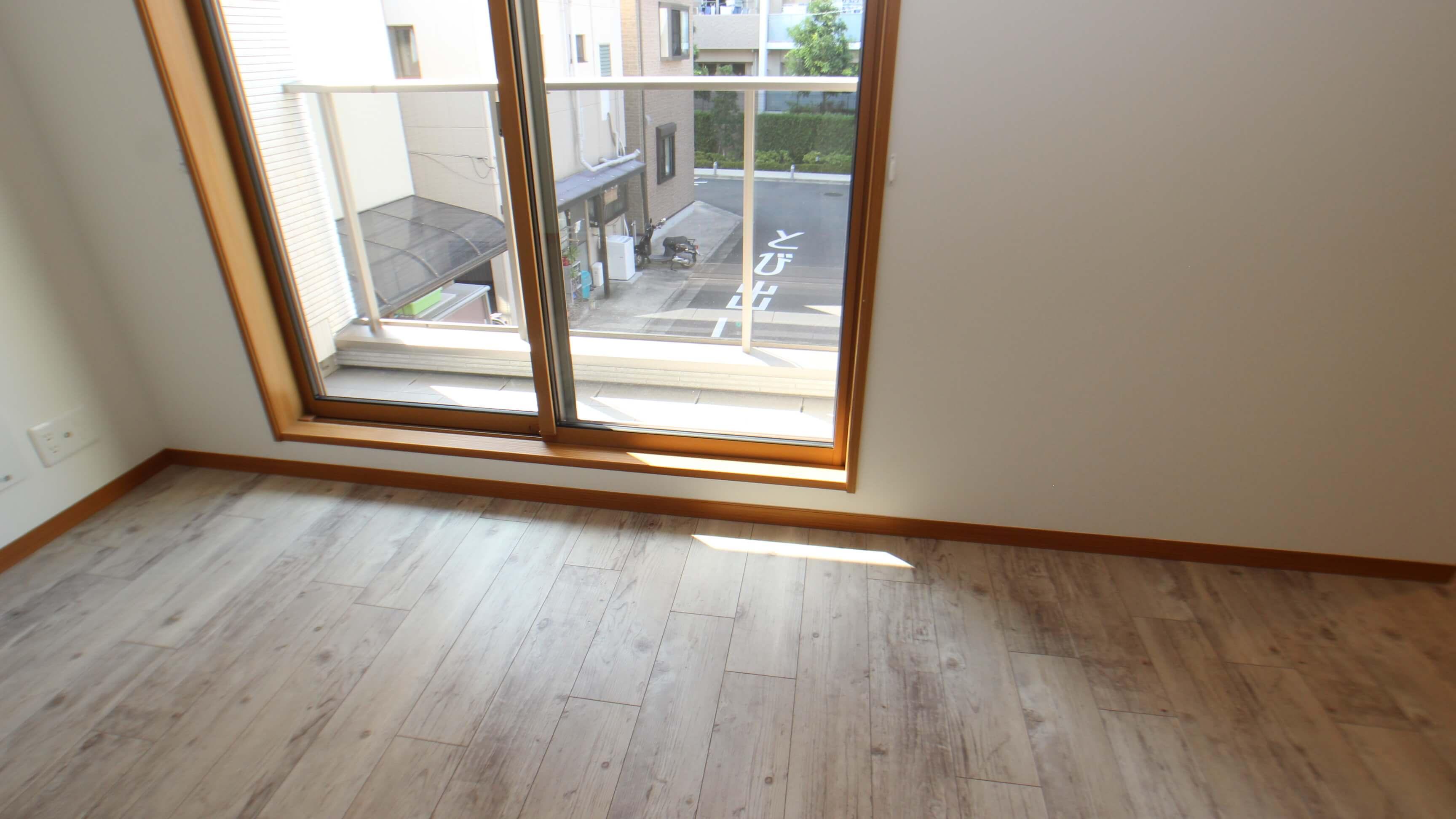 204号室からの眺望。猫さんが窓の下を覗き込みやすい、透明の素材が採用されています。