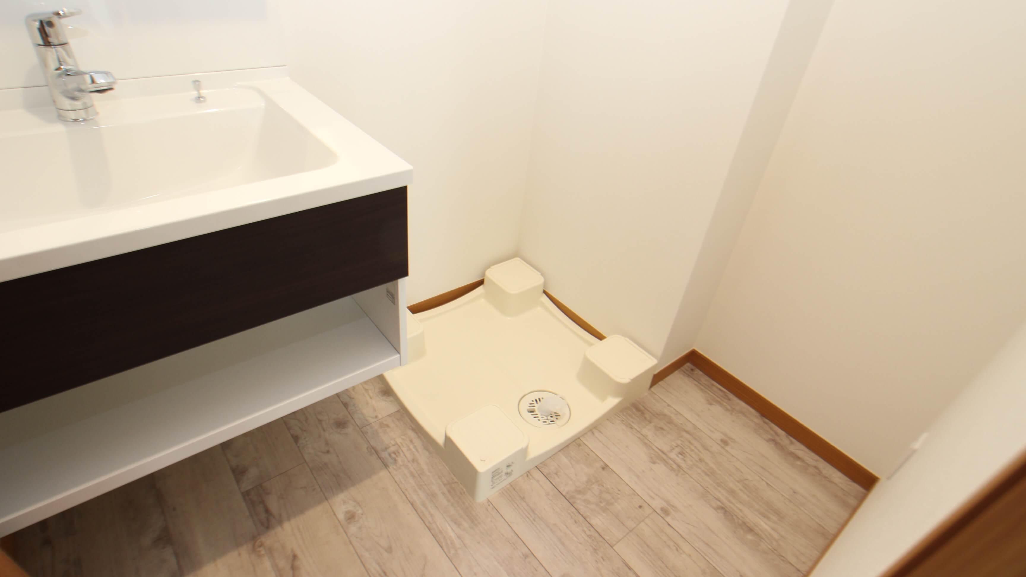 猫さんのトイレを置くスペースあり。独立洗面台のミラーは三面鏡&収納つき。