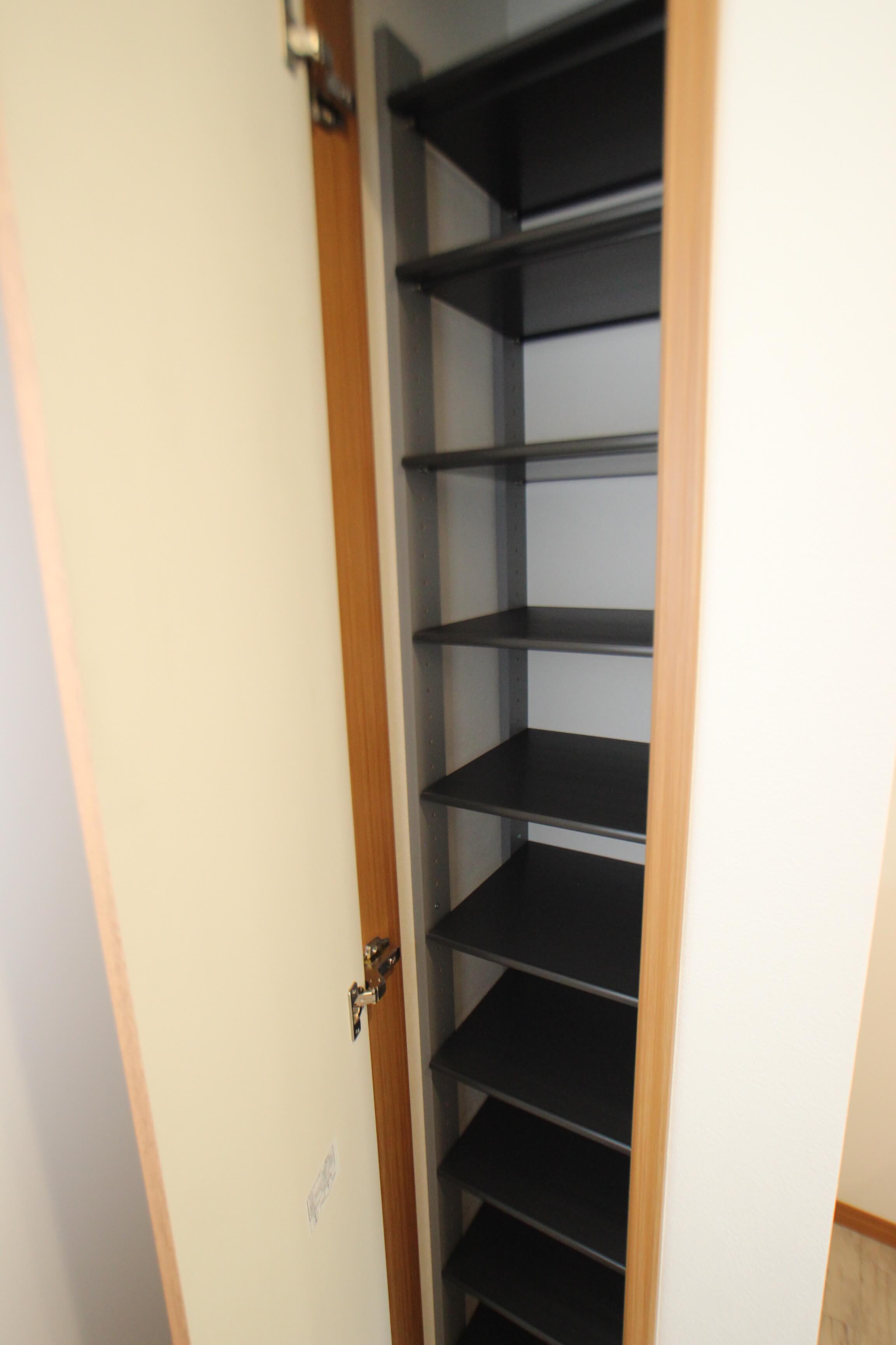 シューズボックス♪一人暮らしには十分な容量です。この中に片付けておけば、猫さんのいたずらも防止できますね。