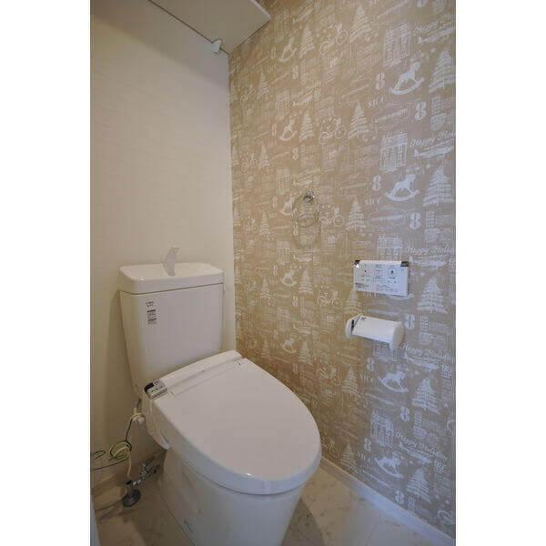 壁紙のデザインが可愛いトイレ空間