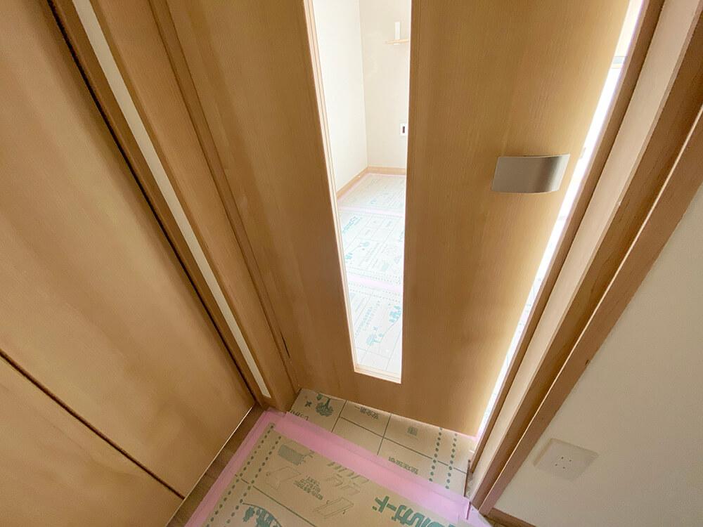 脱走防止用の扉は、真ん中がクリアガラス。猫さんのお出迎えに期待が高まります