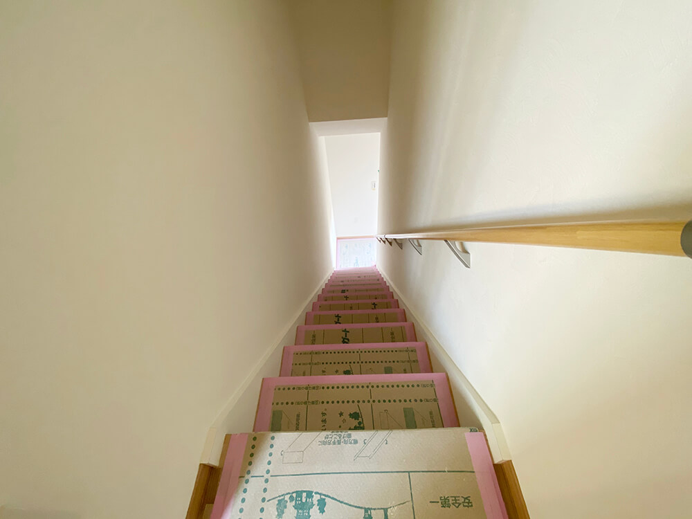 玄関からお二階への階段はこんな感じです