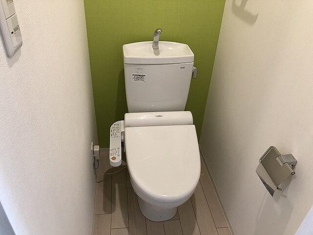 おトイレはもちろんウォシュレット付き。明るいアクセントクロスがいいですね。