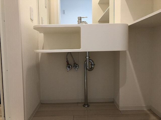 素敵なアイランドタイプの独立洗面台です。おしゃれですね。猫の飼い主さんたちはそれ以前に、下に猫さんのトイレを置きたくなったことでしょう。置けちゃいそうですよね?パイプとの兼ね合いもあると思いますので、現地で我が家のトイレが入るかご確認を。