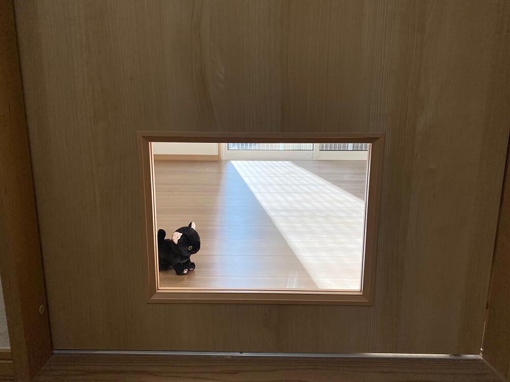 お料理中はこの窓からじっと見つめられることでしょう。鼻血モノです。