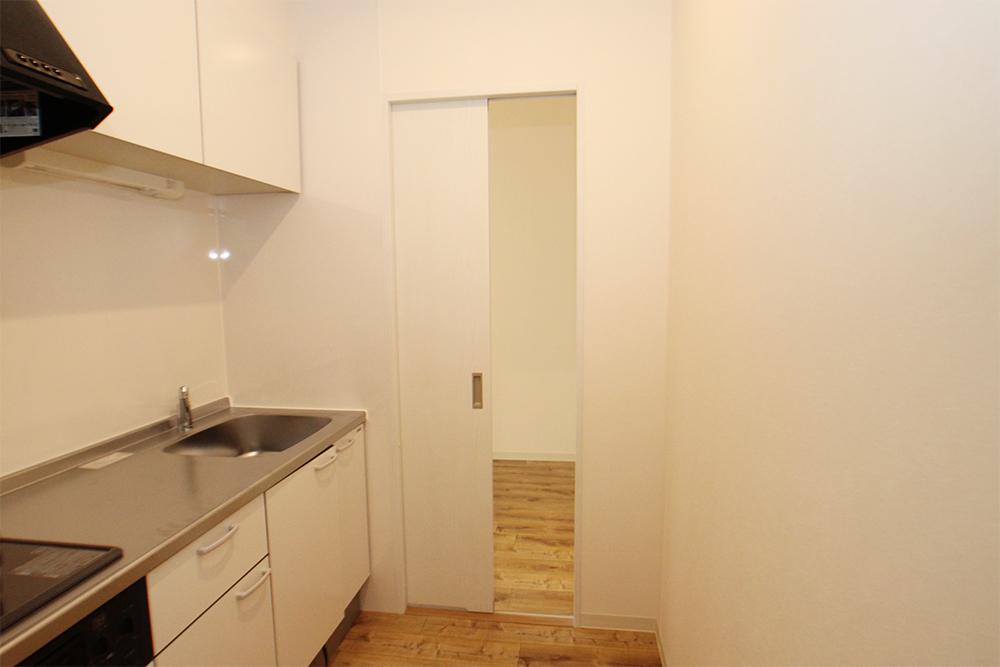 キッチンです。猫さんが入れないよう扉が付いているのは安心ですね。なおガスコンロの点火はひねって回すタイプなので、猫さんが火をつける心配なし。