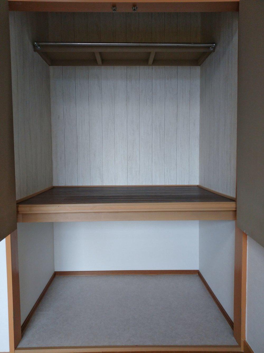 ★102号室の画像です。 クローゼットです。深めで収納力がありそう。