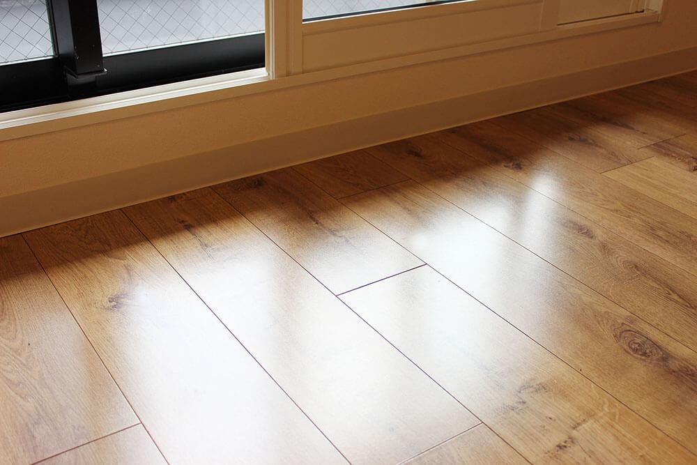 床はこんにゃ感じ。退去時に汚れていた場合は、汚れていた部分だけ貼り替えられるようになっています。