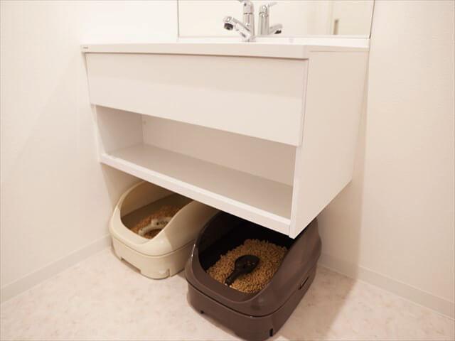 こちらは独立洗面台です。下に猫さん用のトイレを2つ置くこともできます。