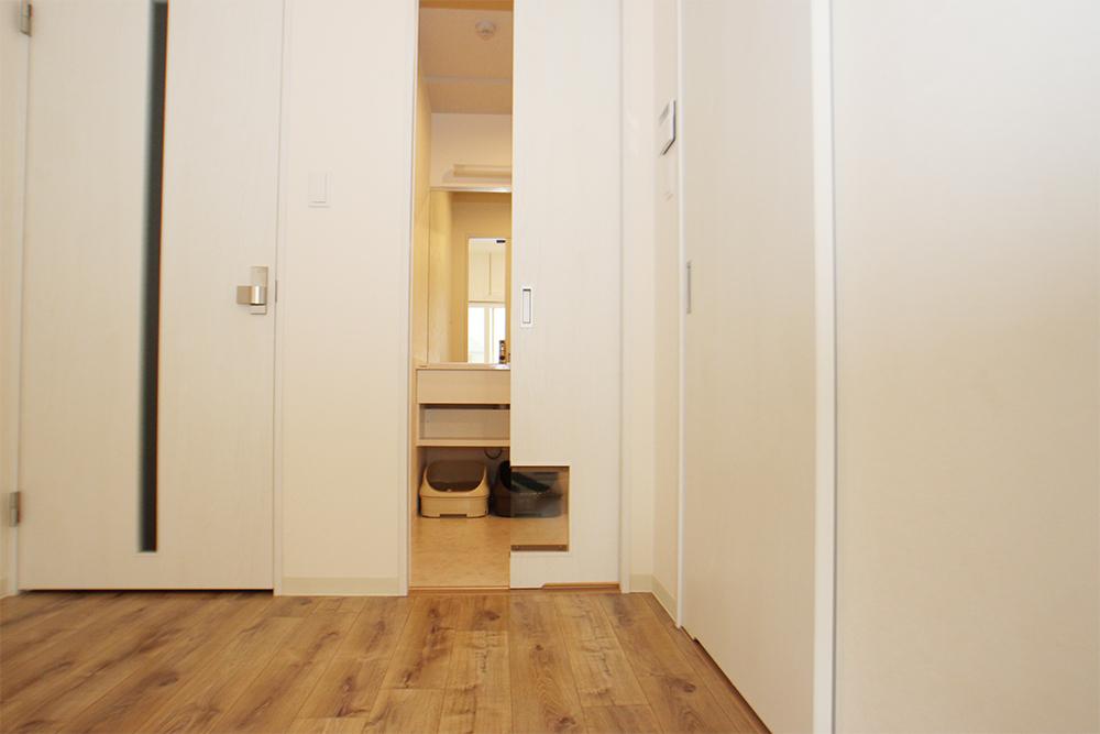 洗面所へ続く扉には、猫さん用のドアがついていて・・・