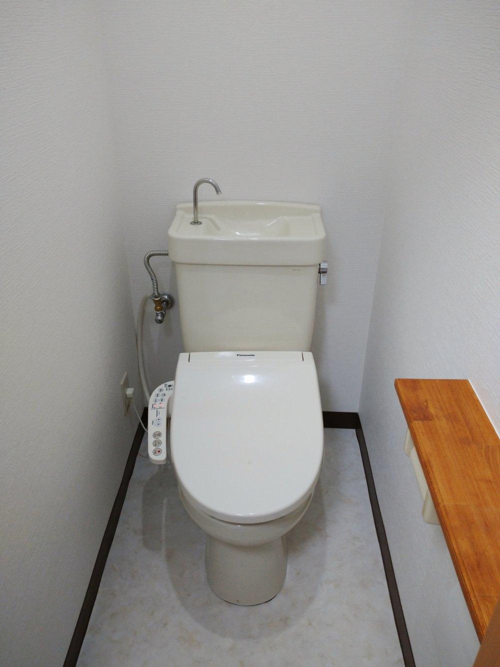 ★102号室の画像です。 こちらは飼い主ニンゲン用のお手洗い。使いやすそうな低め位置の棚がうれしい。