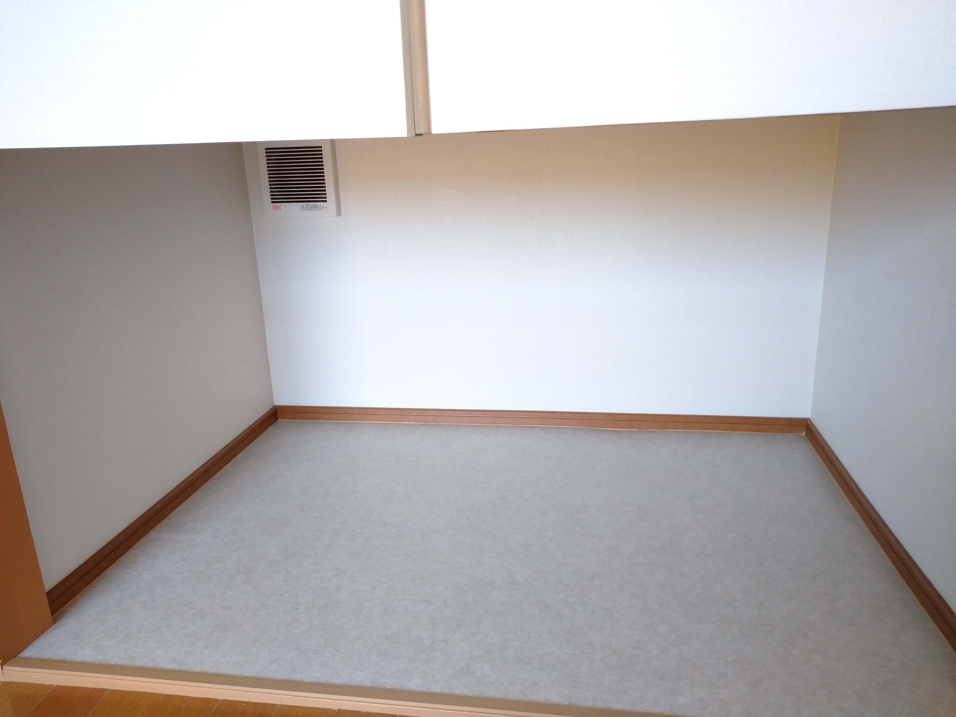 ★102号室の画像です。 猫さん用のトイレ置き場。こちらも換気扇付きです。