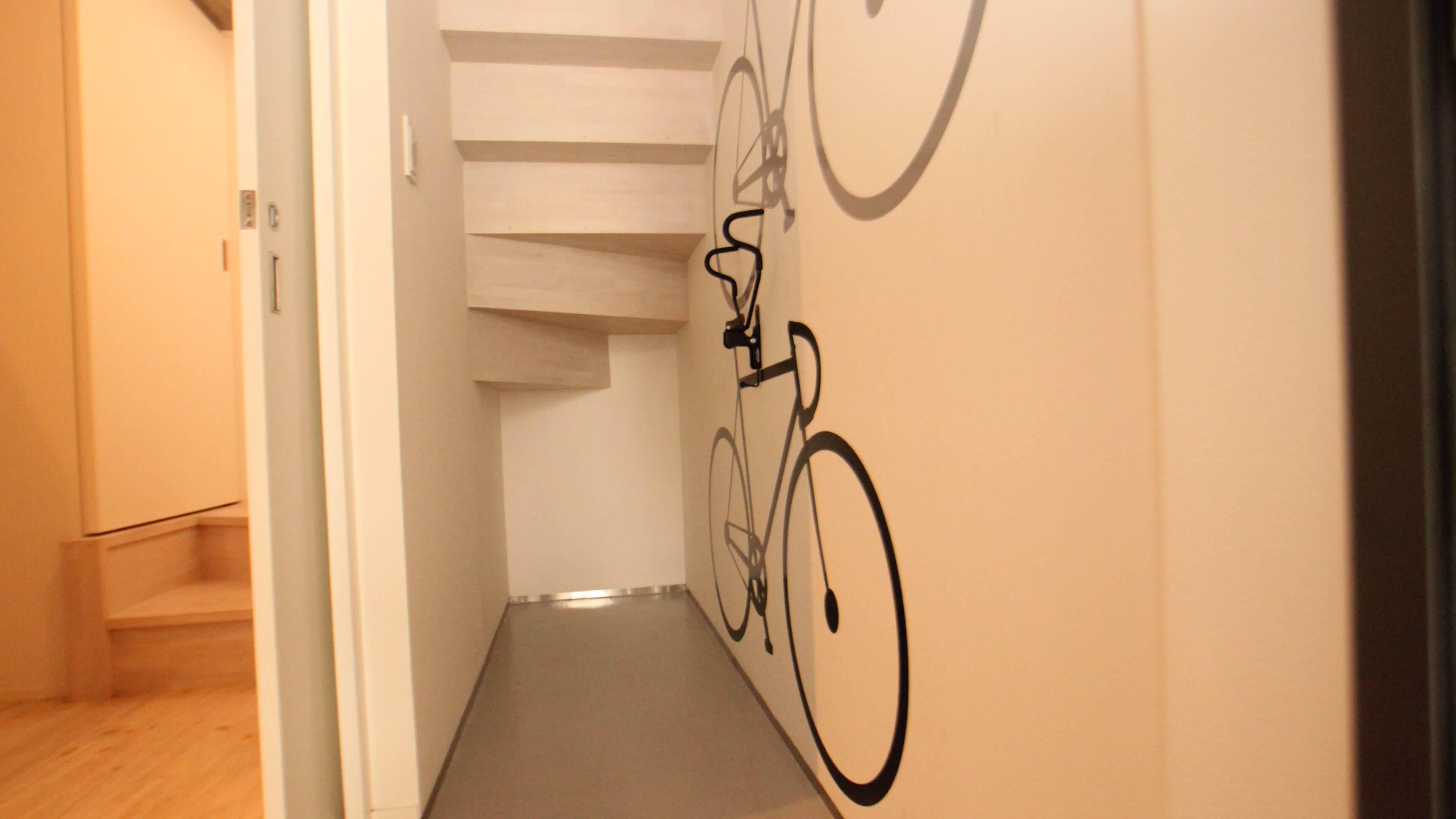ロードバイクが収納できる玄関。左の引き戸を閉めておけばねこさんの脱走防止になります。