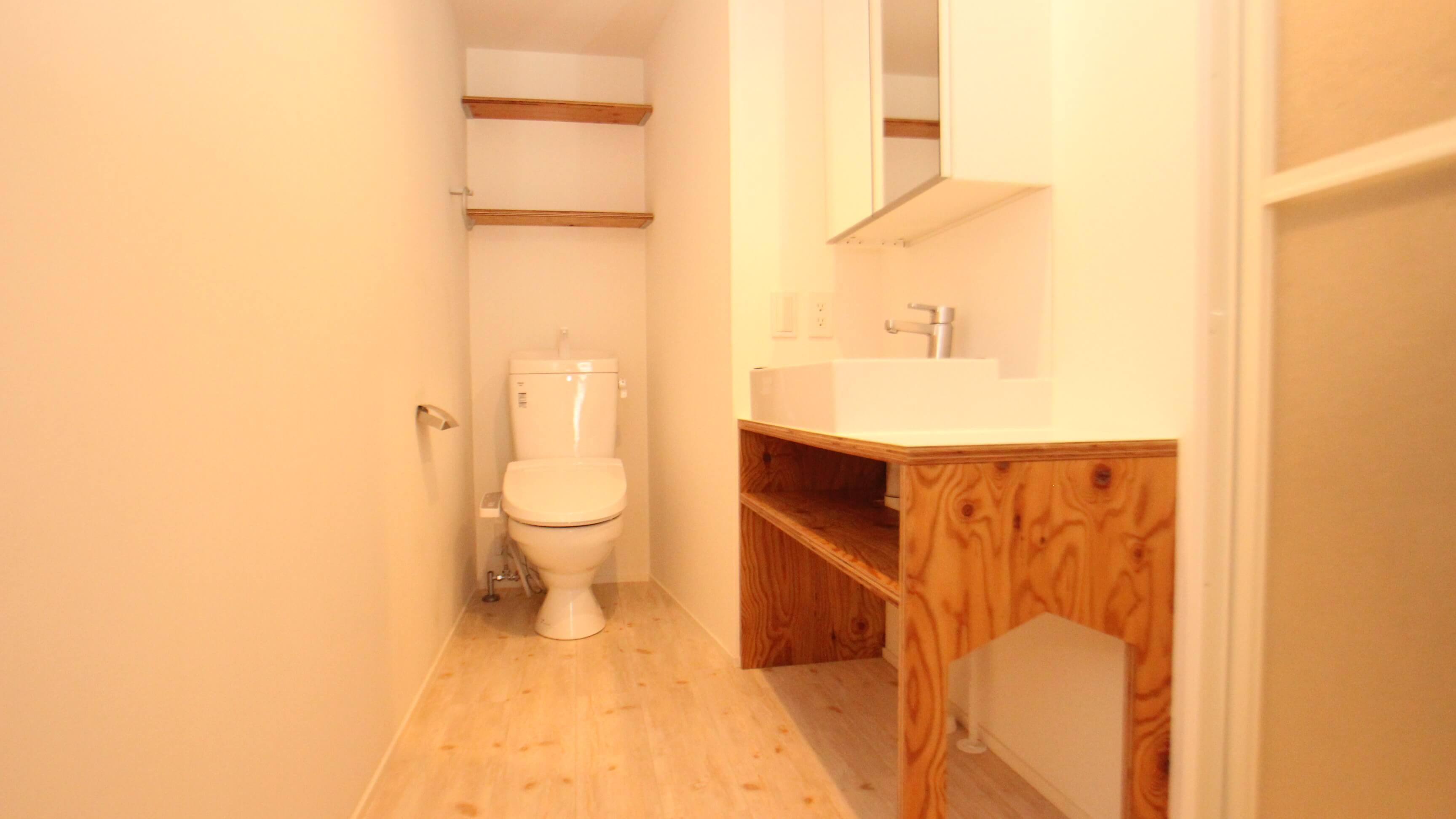 トイレ、独立洗面台です。 洗面台の下にネコトイレを置けますにゃ。
