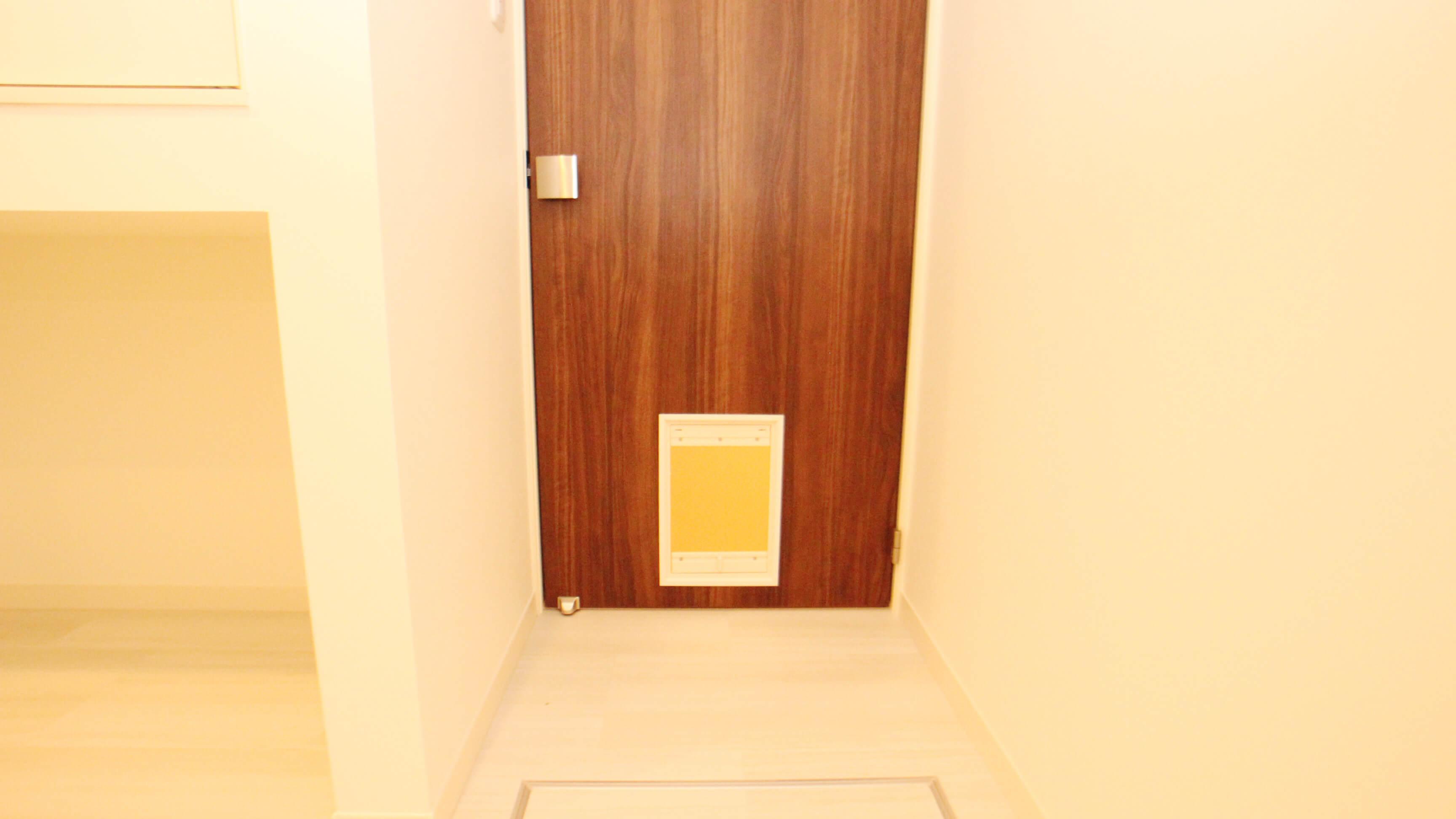 バスルームへの入り口にはもちろんネコドアあり。ソフトなタイプです。ネコさんも自由におトイレへ行き来できます。