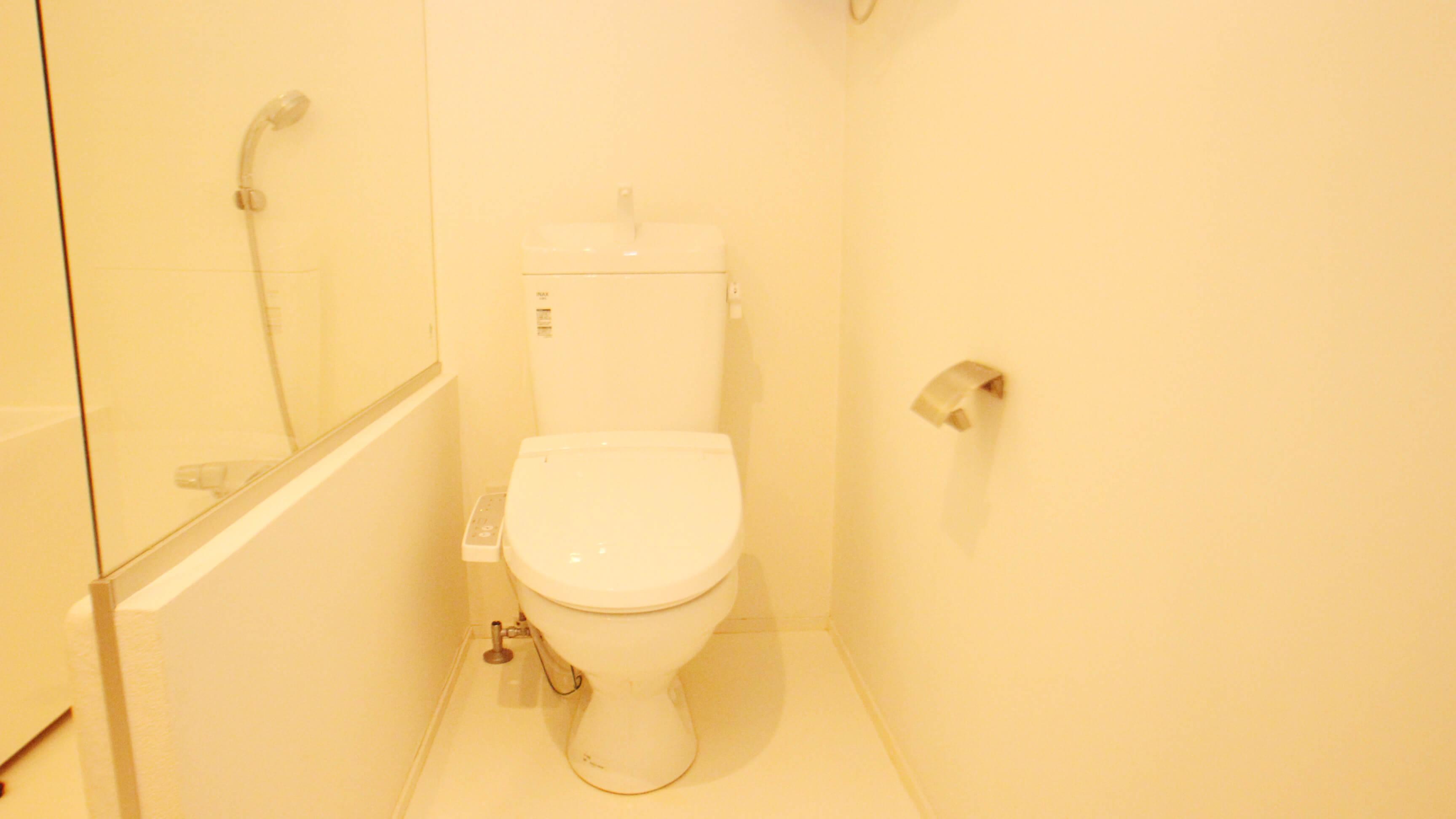シンプルかつ清潔感のあるトイレは、ガラスでシャワースペースとは区切られています。