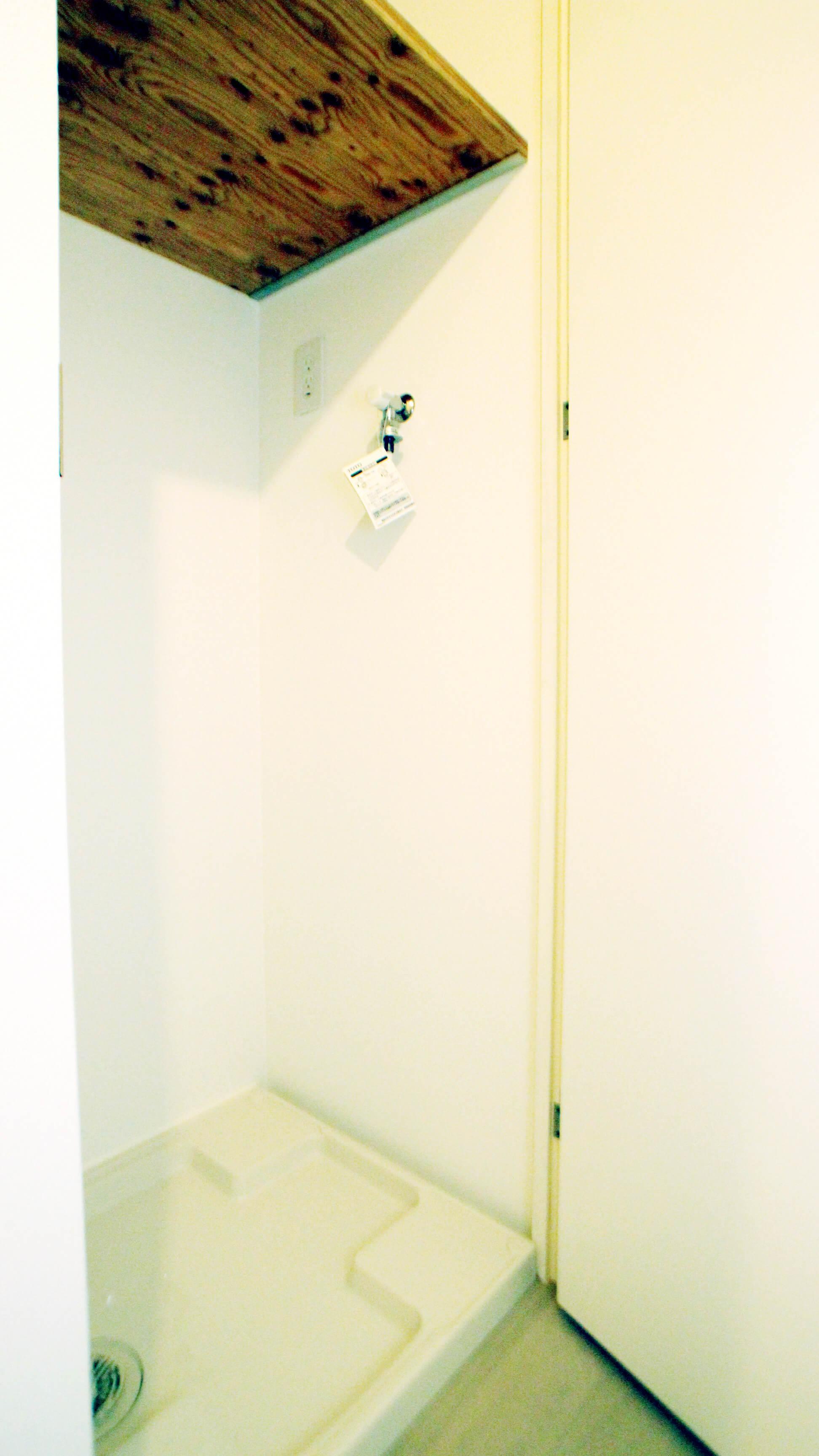 洗濯機置き場はドア付きです。閉めておけば、ねこさんが洗濯機でいたずらしちゃうこともありません。 上部には棚もありますよ。