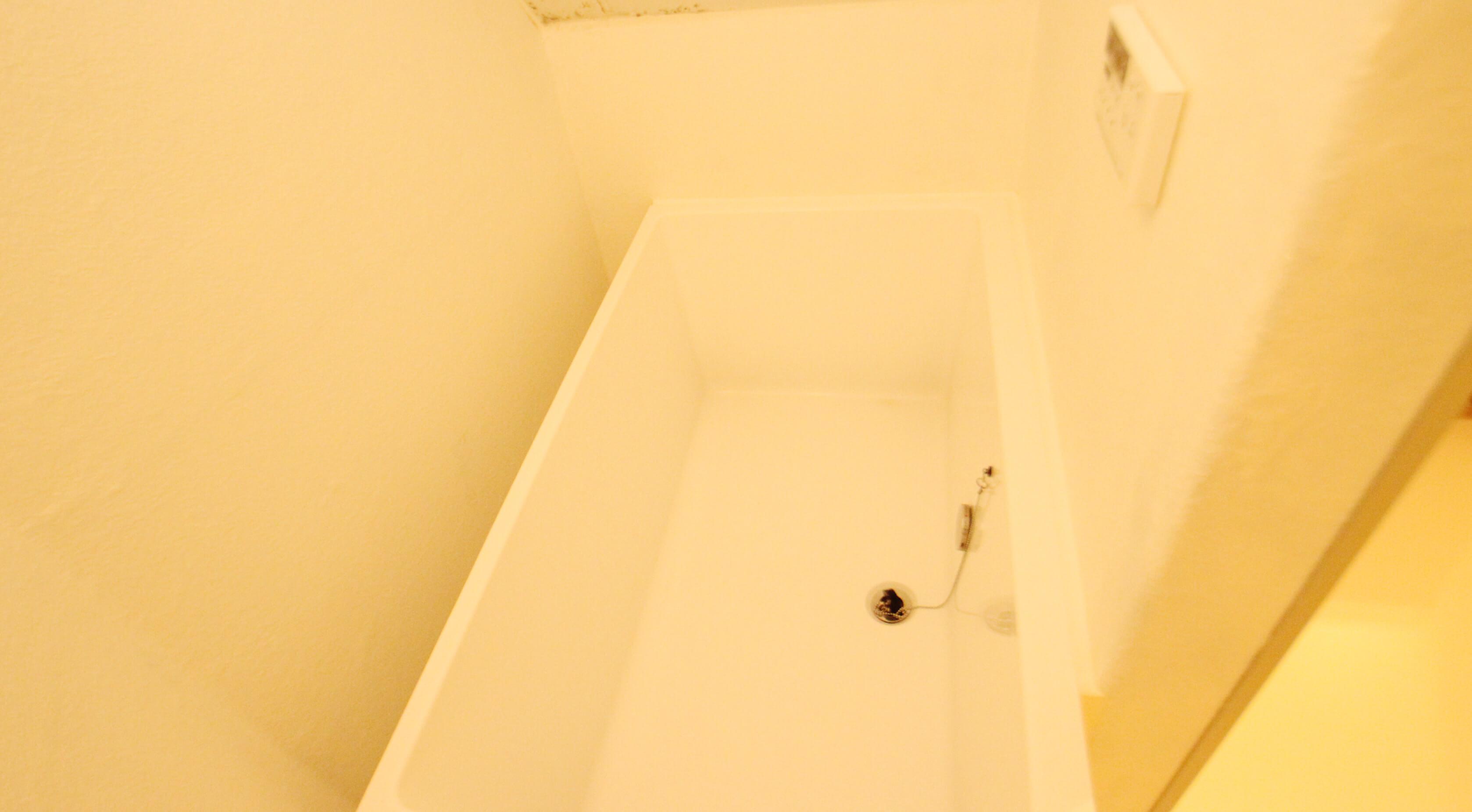 お風呂は浴槽ありますにゃ。なかなか大きめ。足伸ばせますよ。
