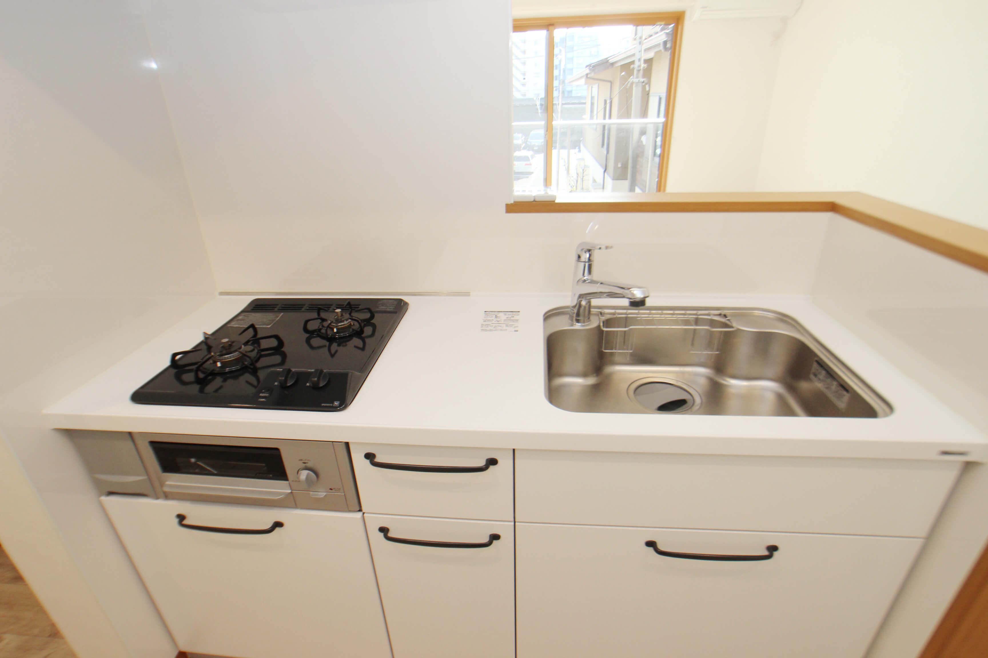 シンクは広め。ガスコンロ+魚焼きグリルあります。充実のキッチンですにゃ。