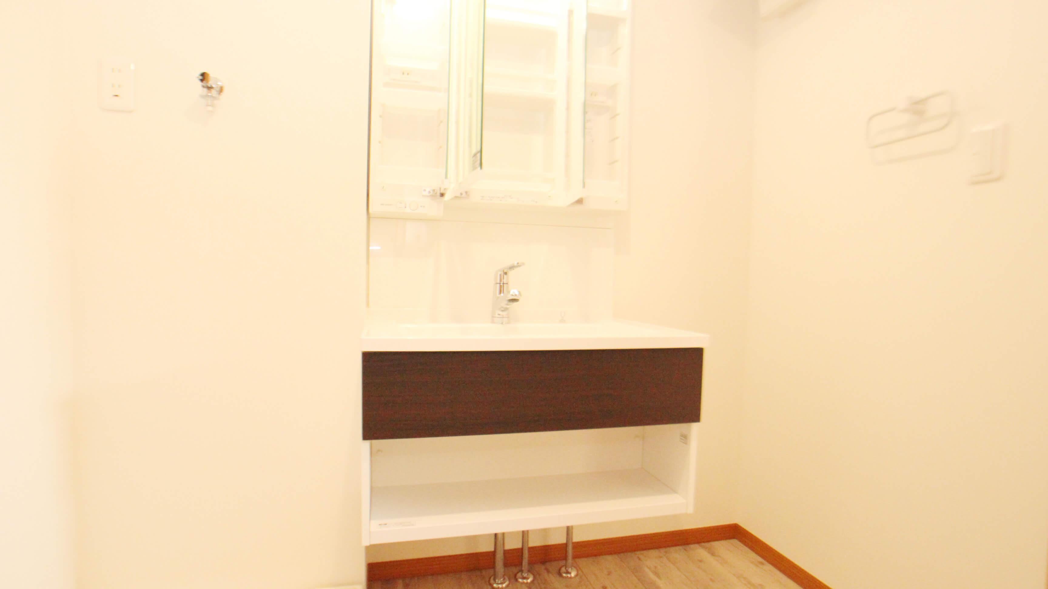 空間を広めに取った水回り。猫さんのトイレは、2個ぶん程のスペースがありますよ!洗面台鏡の裏は収納です。たくさんしまえるのでスッキリ使えます。
