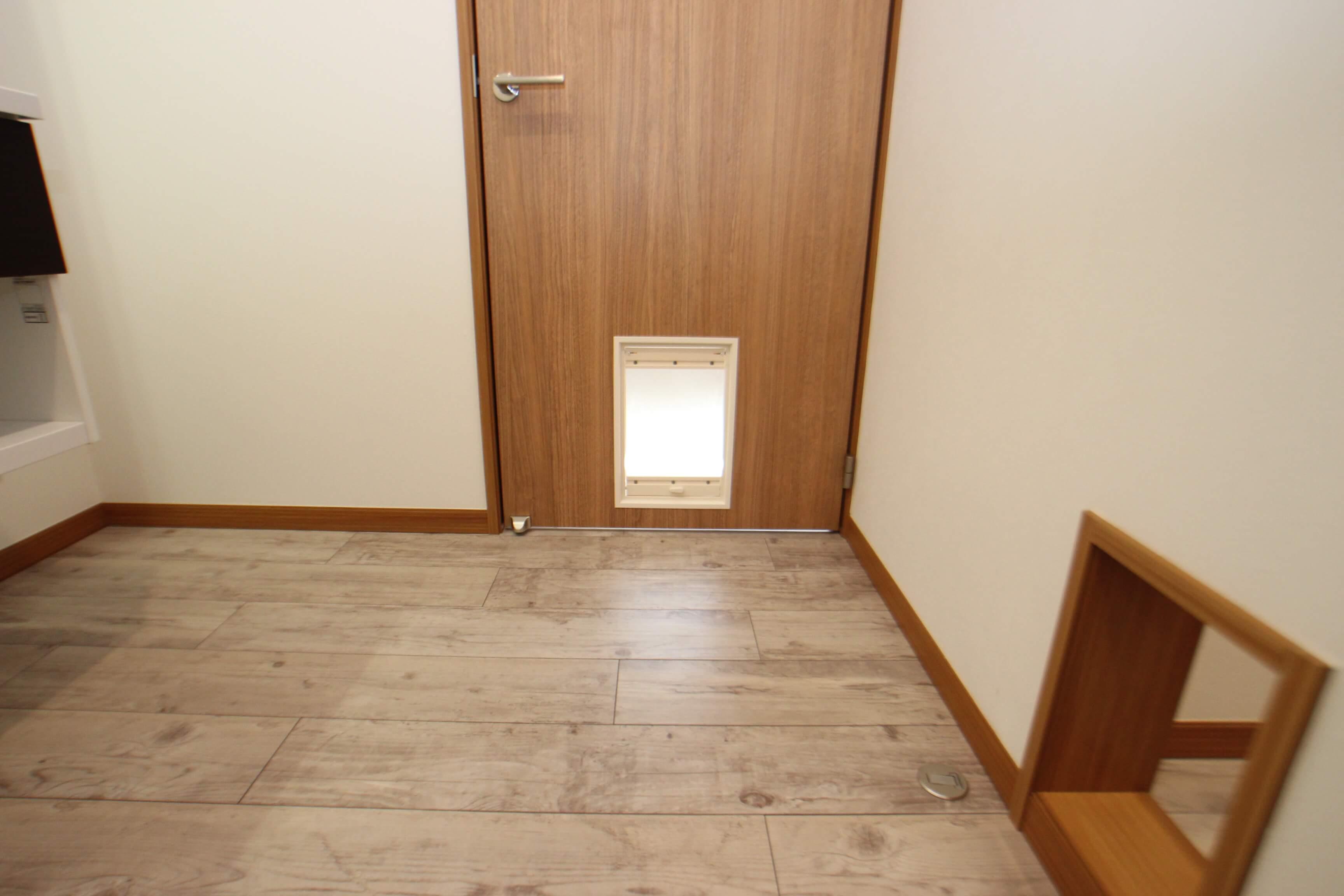 キャットスルードアは洗面スペースのドアについてます。 そしてなんと、入ってきたら横の壁からも出ていけるんだにゃ! なんだか迷路のようで楽しいですにゃ。