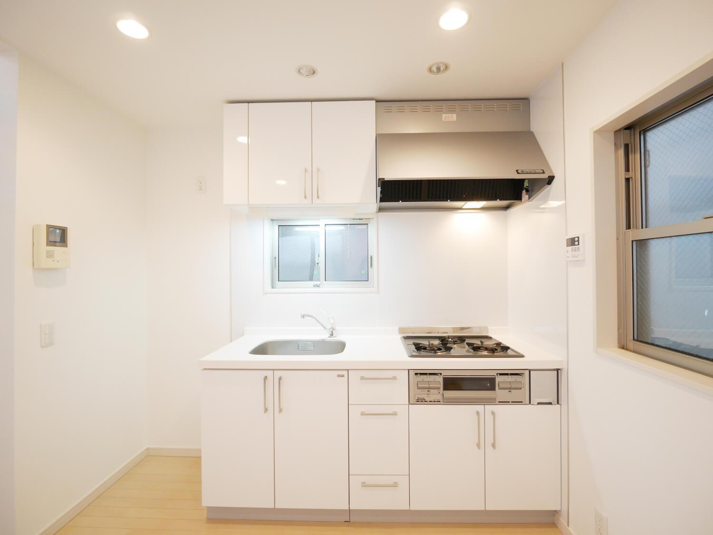 キッチンです。賃貸ではあまり設置してもらえない、なんとも贅沢な3口コンロ!いいですにゃ〜。