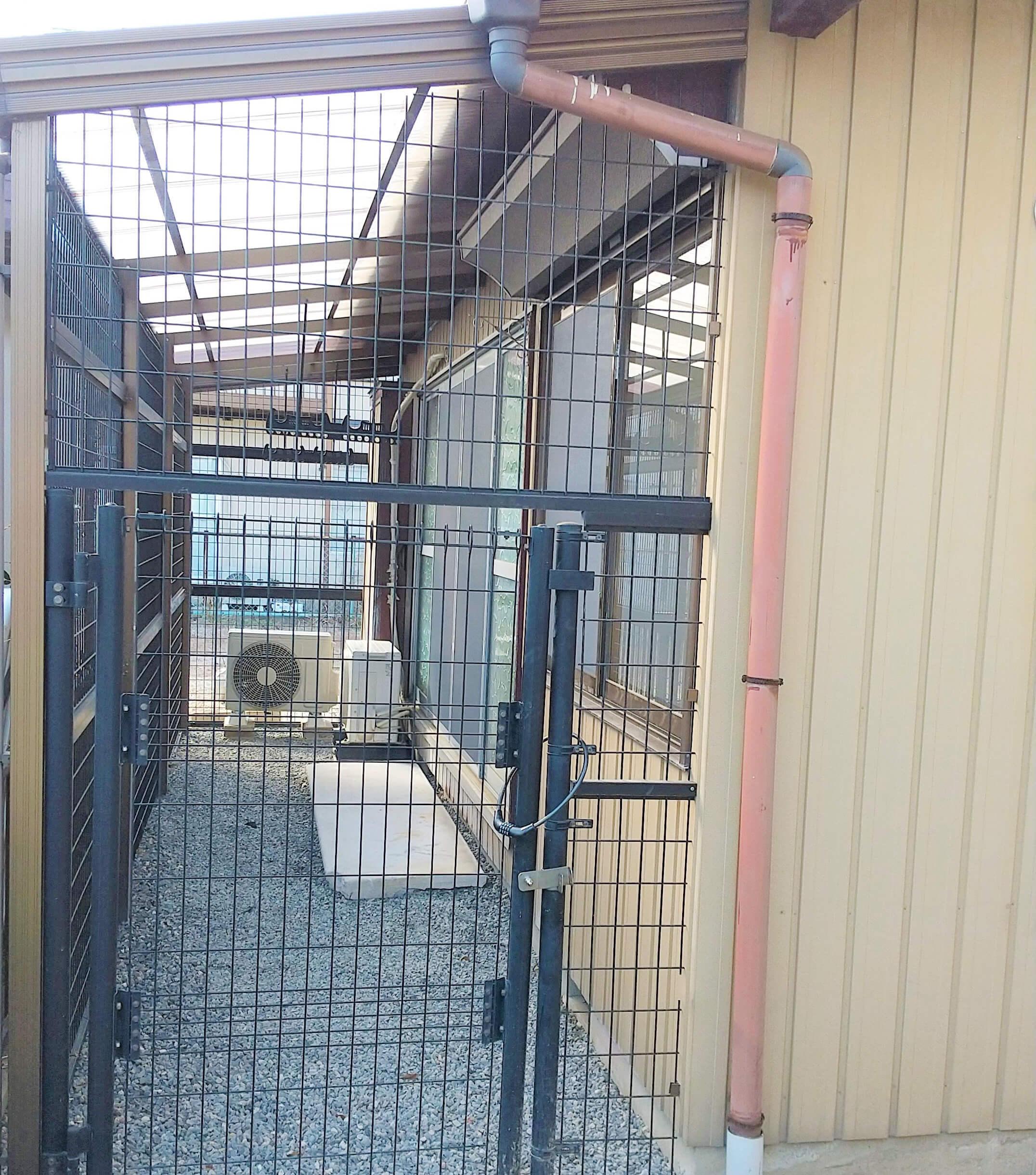 フェンス外側からみたところ。これなら安心ですにゃ。 洗濯物も濡れない!ニンゲンも助かる〜〜♪