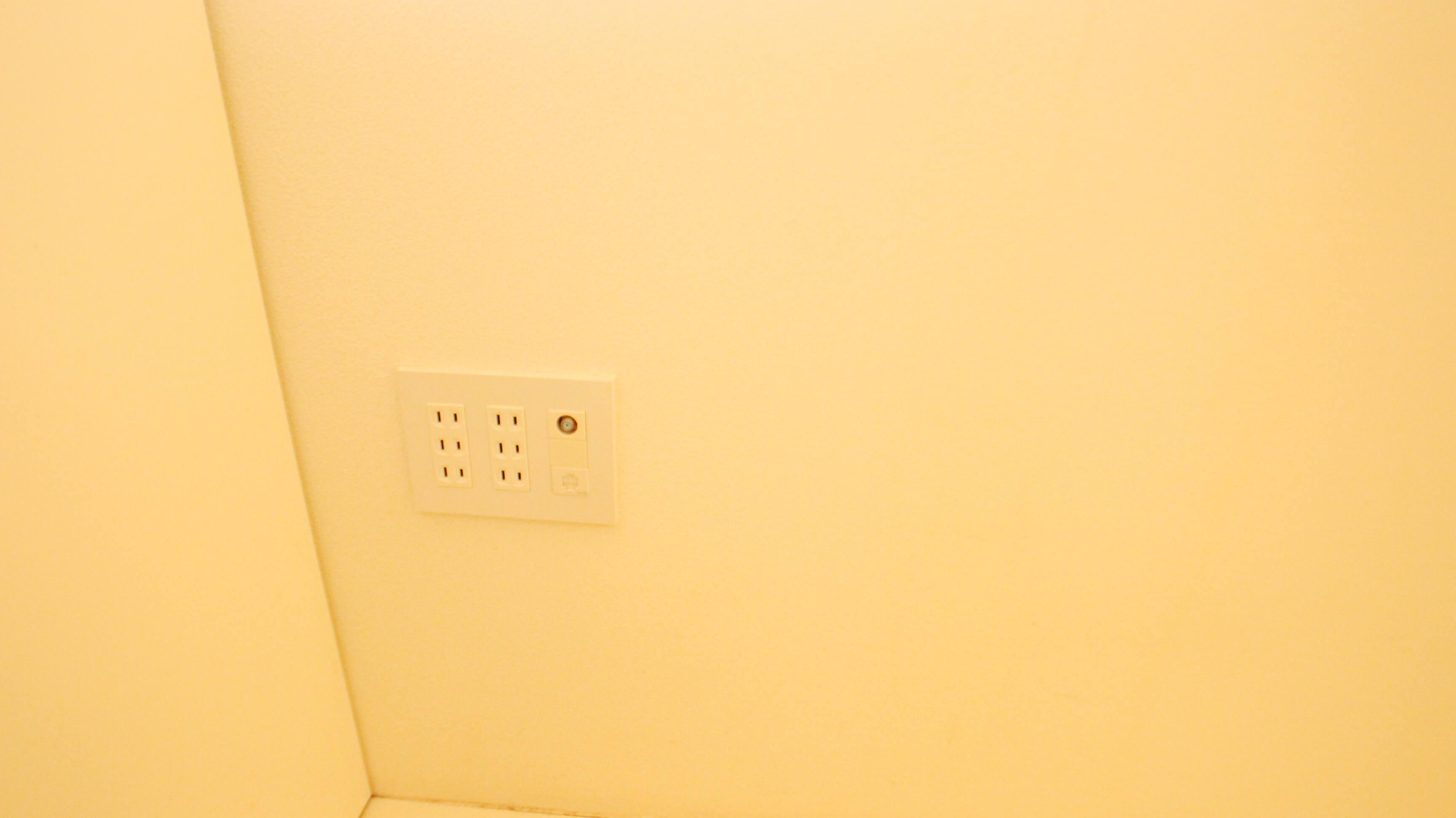 この物件、コンセント多めです。これは1Fの壁面にあったコンセント。 2Fにも同様のタイプがありました。 助かりますにゃ。