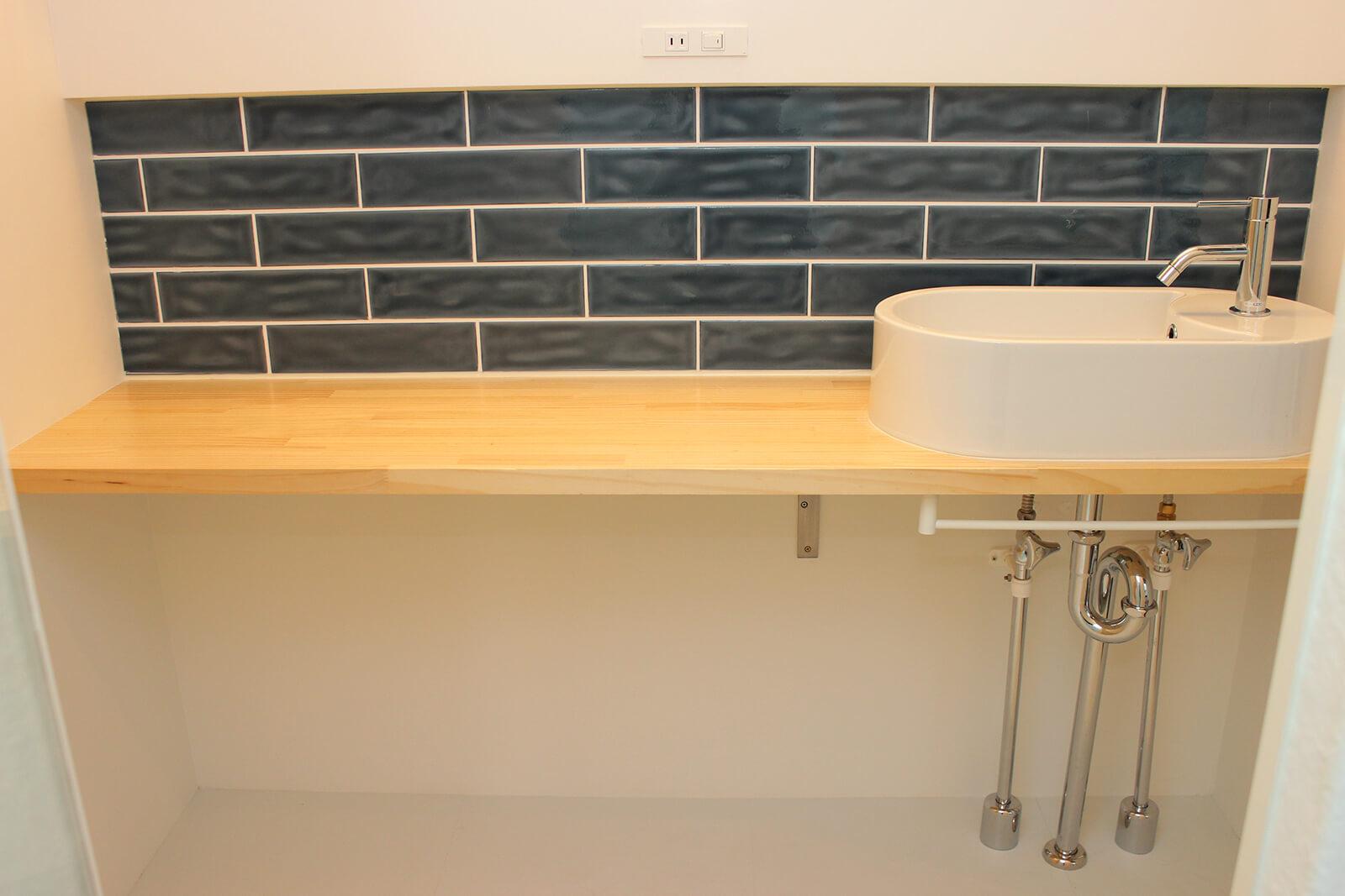 2号室の洗面スペースです。猫さんトイレも下に置けますね。洗面所のドアには猫さん用出入り口があります。