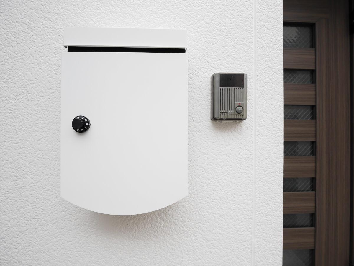 玄関のポストもなんだかかわいい。インターホンはモニター付き。