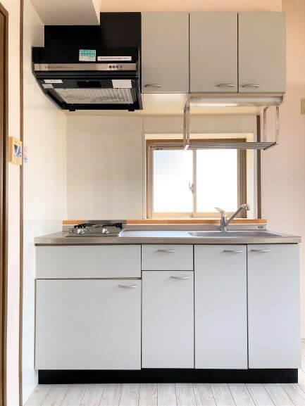可愛らしい色合いのキッチン!収納もついているので、大きな調理器具もすっきり片付きます!