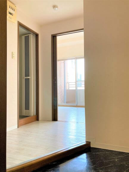 入口が斜めの作りなので、来客時の部屋への視線を遮られます!