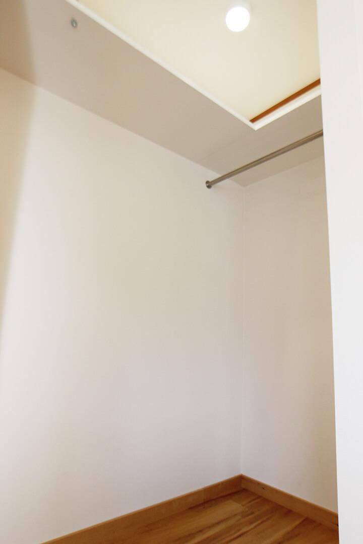 こちらが洋室のクローゼット 通常のクローゼットよりも広くて使いやすそうですにゃ。