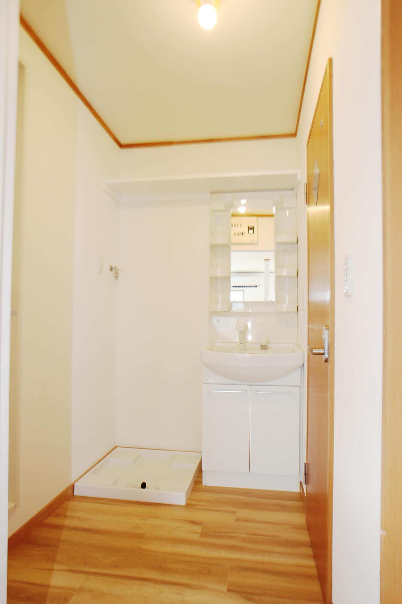 こちらが洗面所です。嬉しい独立洗面台! 洗濯機置き場もありますにゃ。