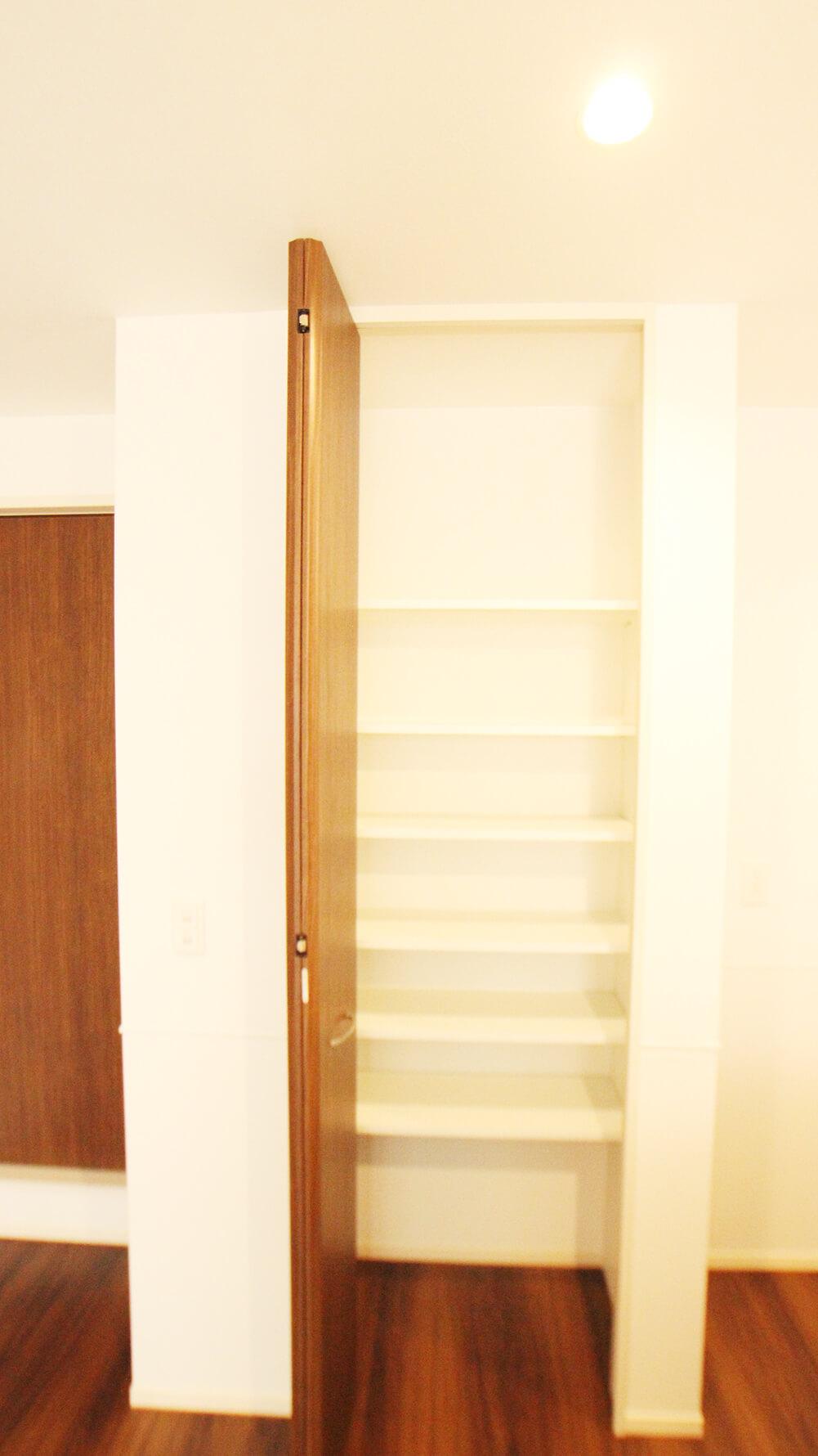 こちらは301号室の収納です。上までたっぷり使えます。