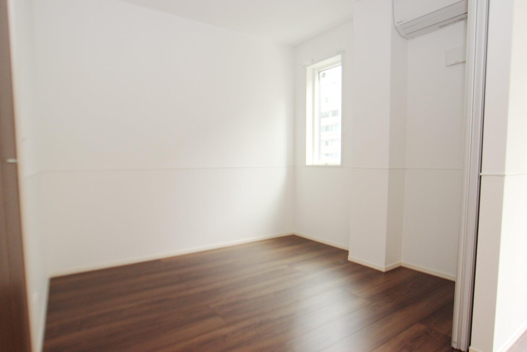 こちらは302号室のダイニング隣の洋室。 なんとエアコンこちら側にも付いてます!