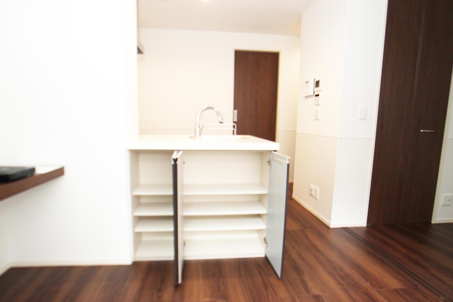 こちらも302号室。キッチン設備のダイニング側は収納になっております! これは便利だにゃ。