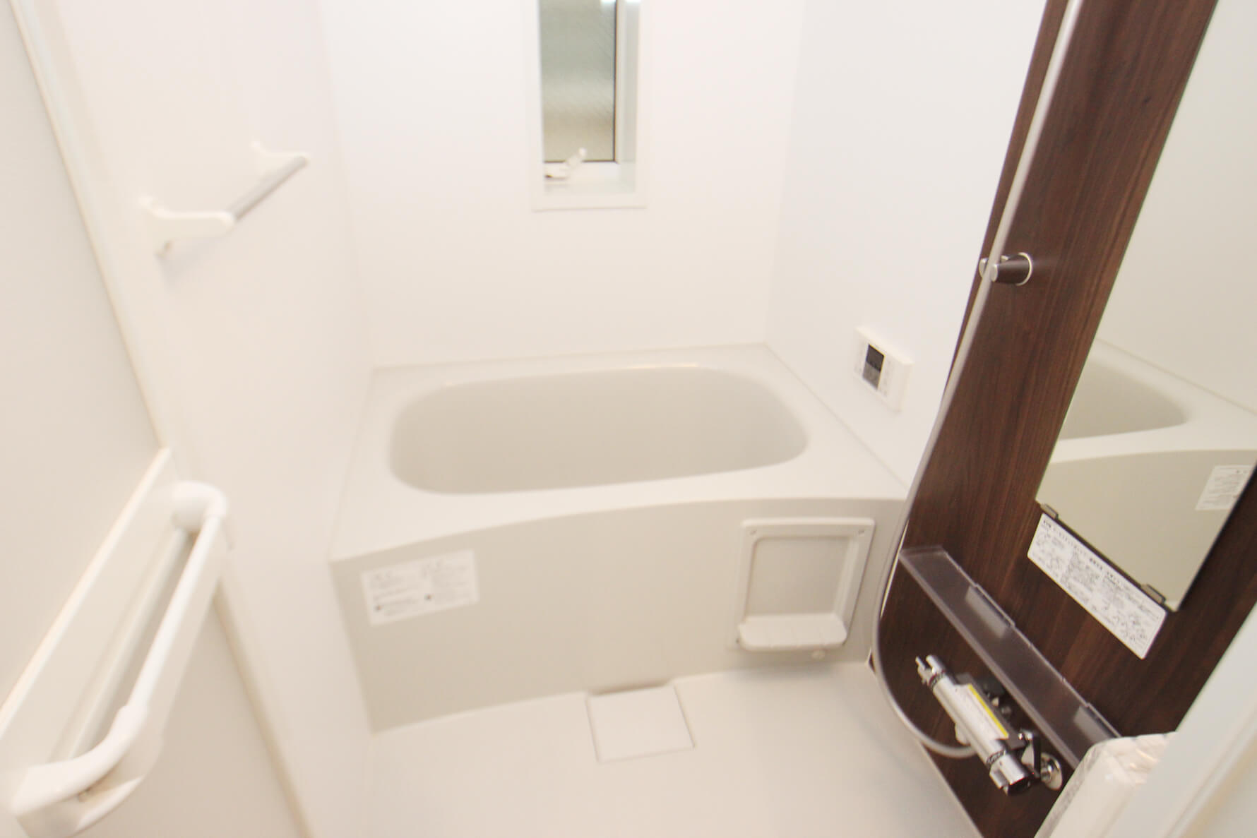 302号室のお風呂です。 窓もあるので使用後は換気に使えますね。集合住宅では珍しいですにゃ。