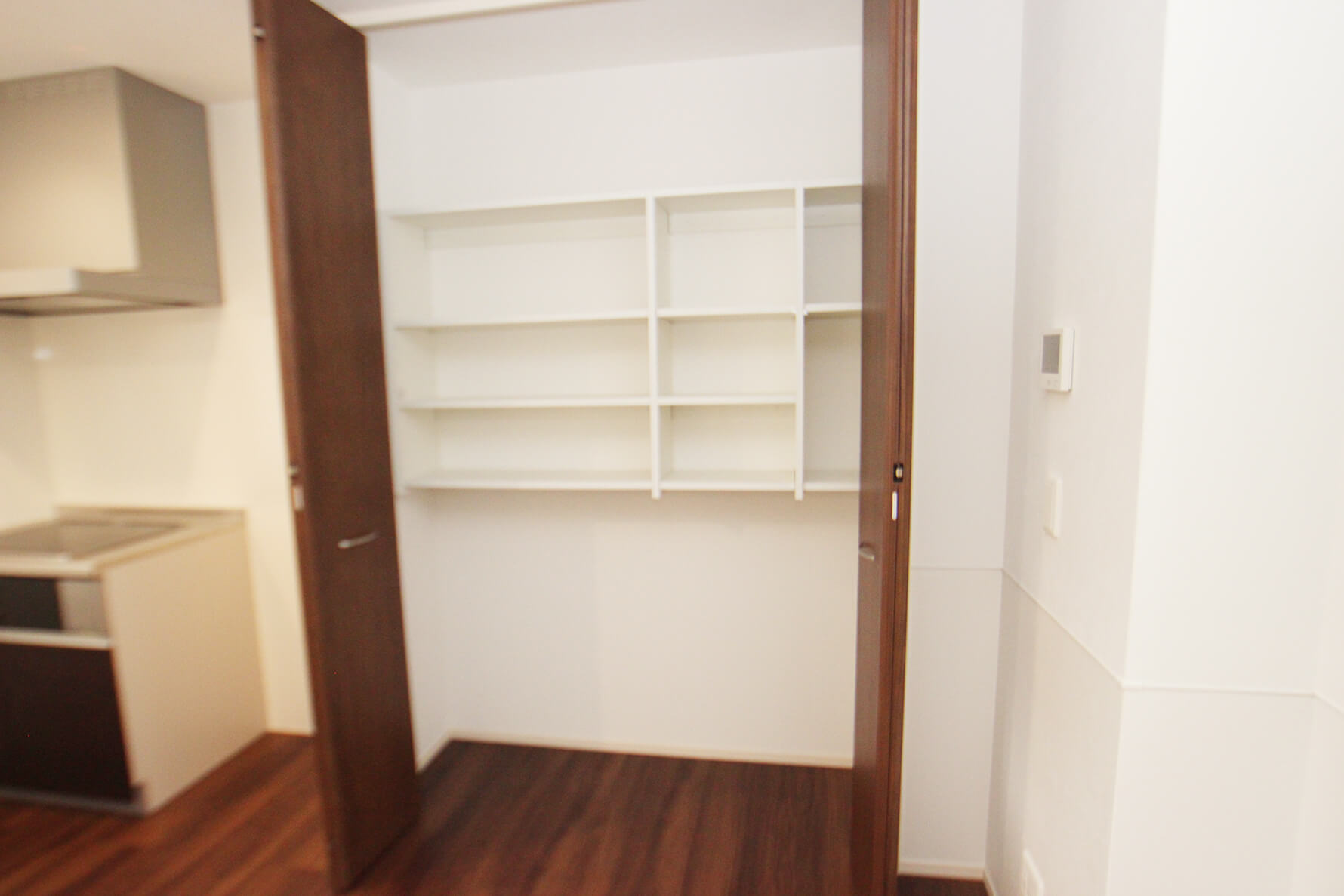 401号室のLDKの収納は開けるとこんな感じになってます。