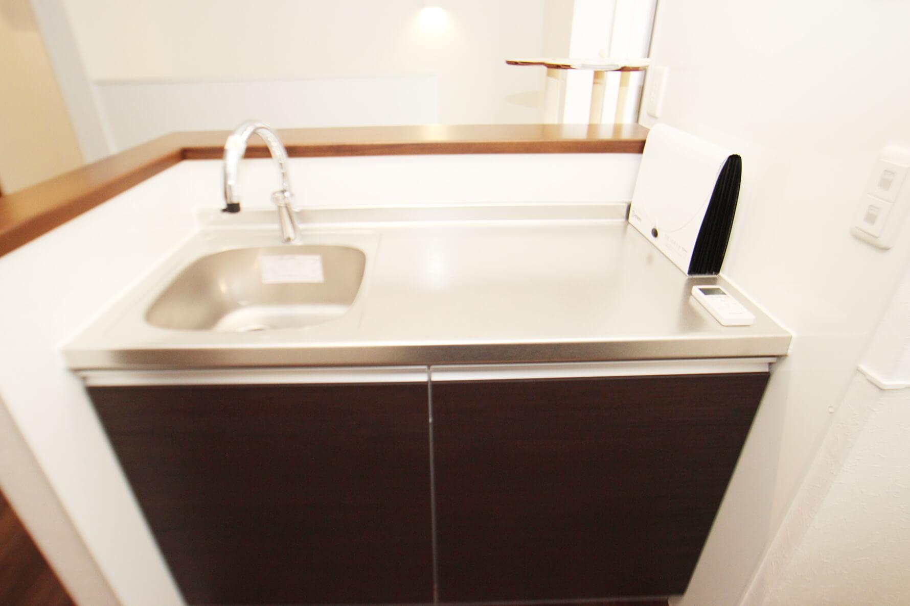 401号室のキッチン流し。コンロは背面、振り向くとあります 作業スペースも十分にあって使いやすそうです