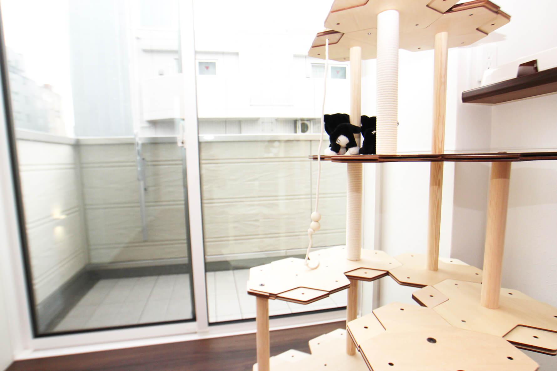 401号室はこんな風にお好みのキャットタワーを置いてあげたりして・・・ こちらのキャットタワーは、もし気に入った場合はプレゼント。 そのまま入居後もご利用可能です
