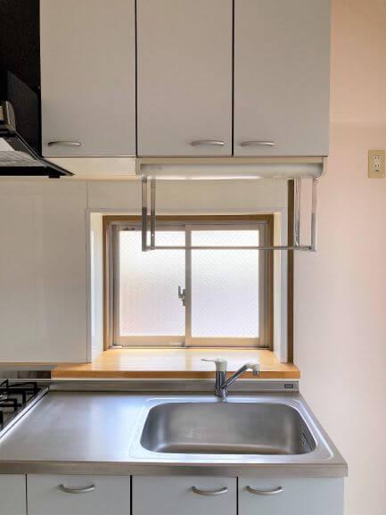 キッチンには小窓がついています!手前には小物やお花を飾って癒しの空間を作れます♪