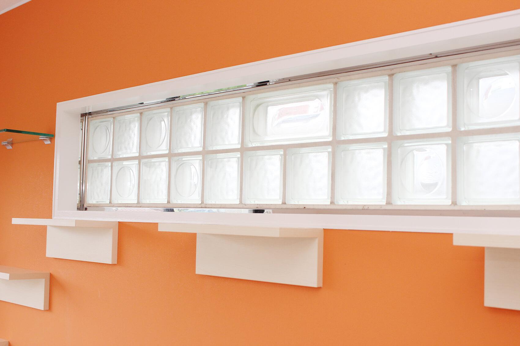 308号室のブロックガラス窓。日差しが和らいで暖かいひだまりができそうですにゃ。