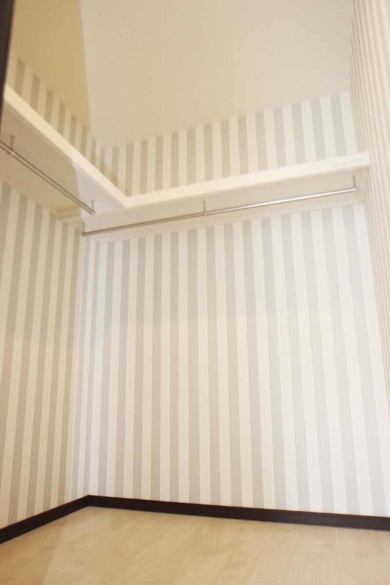 こちらは洋室のウォークインクローゼット・・・。 広くて贅沢な空間ですよ。
